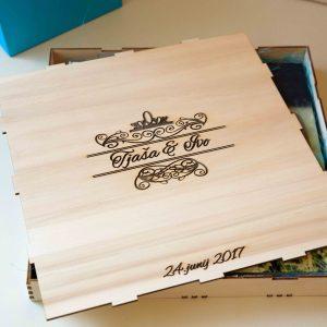 Lesena škatla z napisom